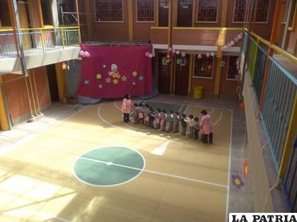Vinculación de pasillo inconcluso cubierto con tela para seguridad de los niños