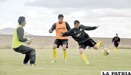 """Marcelo Gomes con el balón, ocurrió ayer en el entrenamiento de los """"santos"""""""