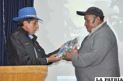 Severo Choque, director del Sedag, entrega redes al presidente de las cooperativas pesqueras, Jesús Chachaqui