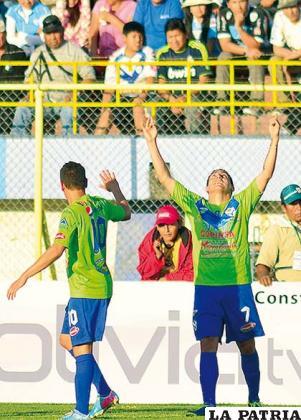 Gomes y Bravo festejan de gol de San José