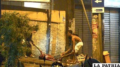 Un herido de bala es auxiliado en la favela Pavao-Pavaozinho