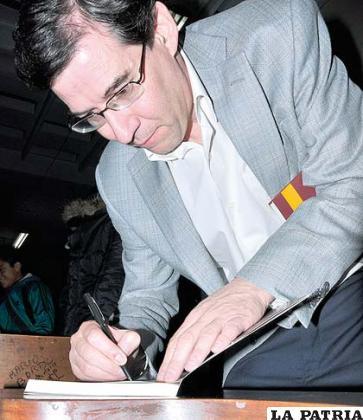 """El autor de """"Control Remoto"""", Raúl Peñaranda estampa su autógrafo"""
