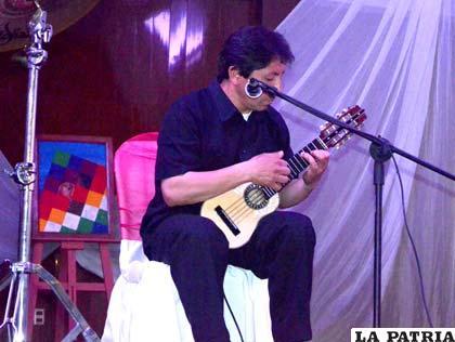 Carlos Ramallo en pleno concierto de charango
