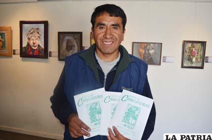 Ramiro Zambrana muestra los catálogos de su exposición
