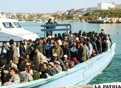 Inmigrantes que llegan en balsas son detenidos