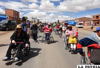 Personas con discapacidad a su paso por territorio orureño