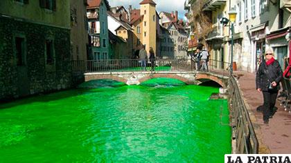 El color verde brillante da la impresión como si el agua estuviera contaminada
