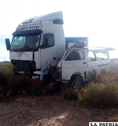 La fuerte colisión dejó destrozado al minibús