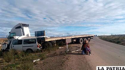 La colisión frontal generó que ambos motorizados acaben a un lado del camino