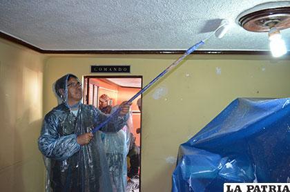 El coronel Montero pintando el techo de su oficina