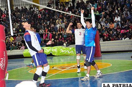 Celebran el triunfo los jugadores de Olympic