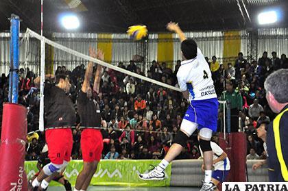 U-Católica sorprendió a Dinamo y logró su único triunfo en el torneo