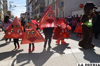 En la movilización por la seguridad vial muchos niños llevaron interesantes trajes de elaboración propia