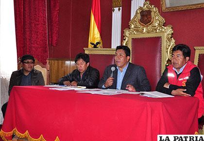 El senador Gonzalo Choque Huanca (segundo de derecha a izquierda) presidió la conferencia de prensa de los músicos