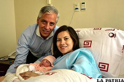 Vicepresidente y su esposa reciben con alegría a su primera hija /APG