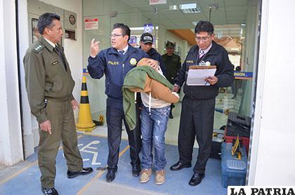 Funcionarios de la Felcc se llevan aprehendido a uno de los sospechosos