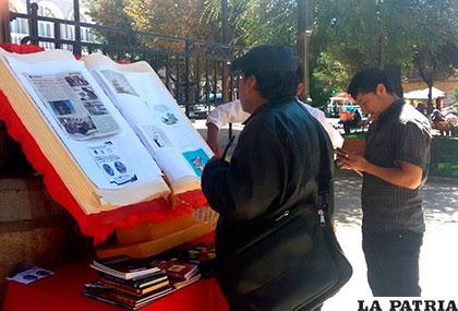 Un ciudadano mirando un ejemplar gigante en homenaje a Día Internacional del Libro