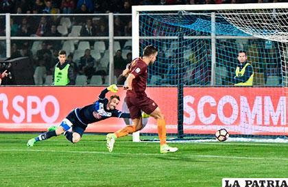 Mohamed Salah anotó dos goles para Roma que venció al Pescara