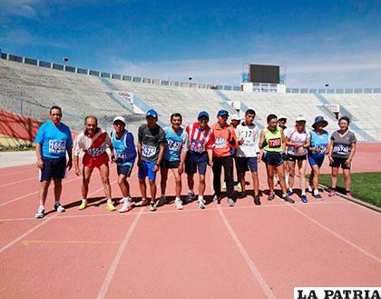 Atletas Sénior en el punto de partida en la prueba de 1.500 metros