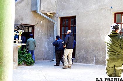 Funcionarios policiales con el cuaderno de investigaciones condujeron al autor a dependencias de la Felcc