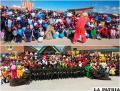 Los niños (arriba) y los miembros de la Esbapol, pasaron una jornada divertida y alegre en Caracollo