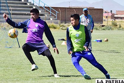 Cuéllar y Ramallo disputan el balón durante la práctica de ayer