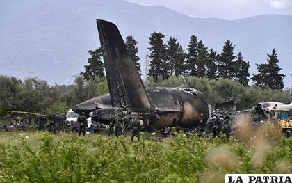 Soldados argelinos y personal de emergencias junto a los restos del avión /www.noticierovenevision.net