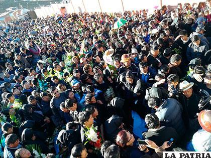 La multitud en el entierro de los mineros