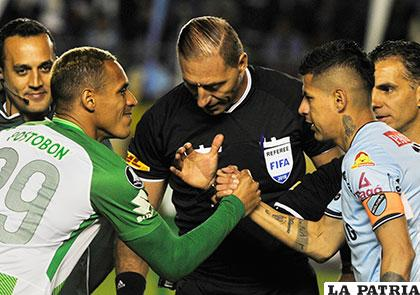 Los capitanes Aldo Ramírez (Atlético Nacional) y Juan Carlos Arce (Bolívar), volverán a enfrentarse esta noche