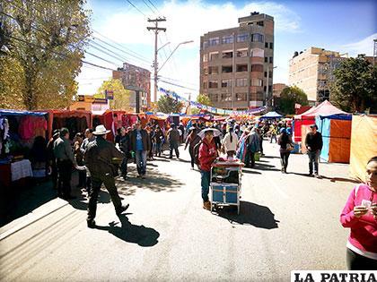 En la feria Oruro Moderno se evidenció la presencia de comerciantes ambulantes