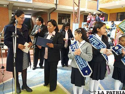 La directora del establecimiento recibió de manos de la diputada Choque (Izq.) el reconocimiento