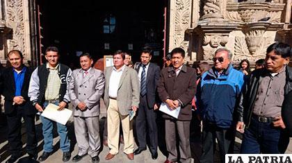 Un grupo de militares dados de baja y representantes de la sociedad civil