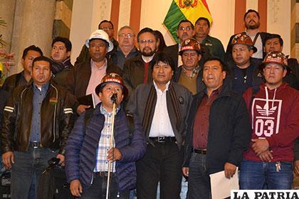 La reunión entre dirigentes de los trabajadores y el Presidente Morales duró varias horas /ABI