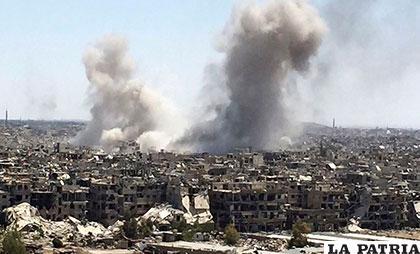 Una columna de humo sube después de que las fuerzas del régimen de Assad atacaron sobre la parte controlada por Daesh /Noticieros Televisa