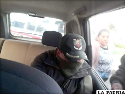 Uno de los oficiales se cubrió el rostro /LA PATRIA