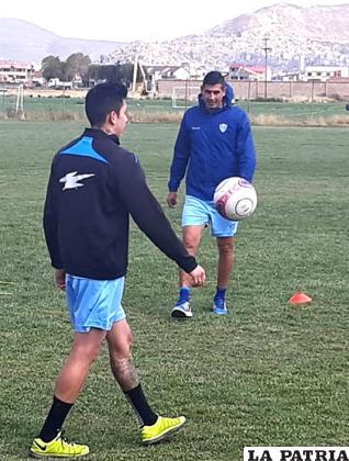 Eguino con Suárez durante la práctica matinal de ayer/OVIDIO CAYOJA LA PATRIA
