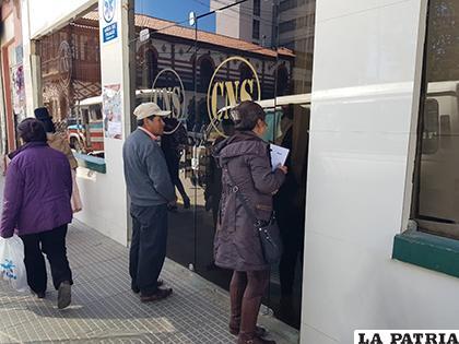 Puertas encadenadas en la oficina central de la CNS de Oruro /LA PATRIA