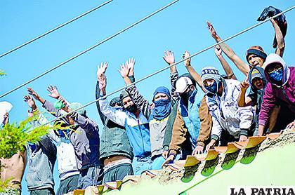 Los privados de libertad se subieron a los techos para manifestar sus reclamos /LA PATRIA