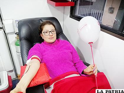 Una de las donantes de sangre en medio de la cuarentena /BANCO DE SANGRE