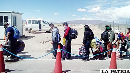 Muchas personas en distintos puntos del país como en la frontera están varados a la espera de llegar a sus lugares de origen /soychile.cl