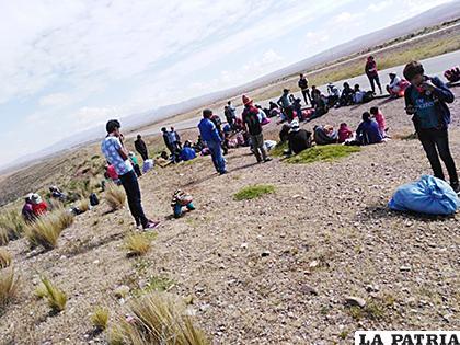 La delegación de chuquisaqueños descansando en la población de Conani de La Paz /CORREO DEL SUR