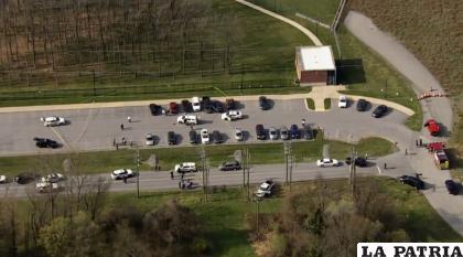 La policía acudió al lugar del tiroteo en Frederick, Maryland /WJLA via AP