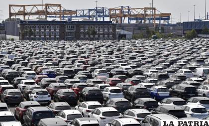 Varias industrias se paralizaron en el mundo por el Covid-19, como las que fabrican autos y generó recesión económica /AP Foto/Martin Meissner, Archivo