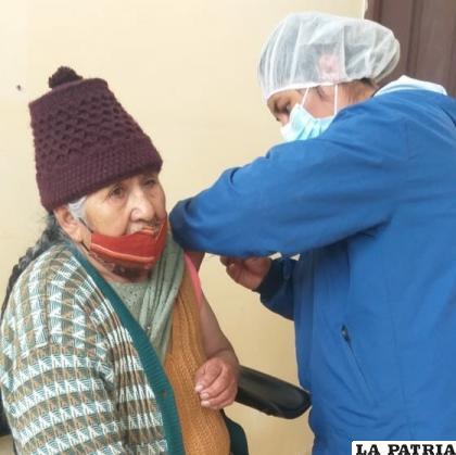 Vacunación a adulto mayor en El Choro /Sedes