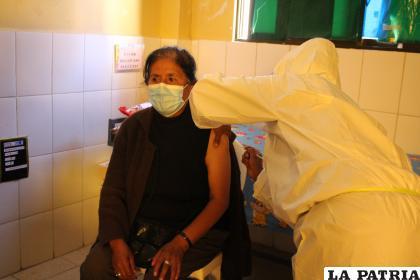 Acto de inauguración de la vacunación en el Centro de Salud Santa Lucía /LA PATRIA