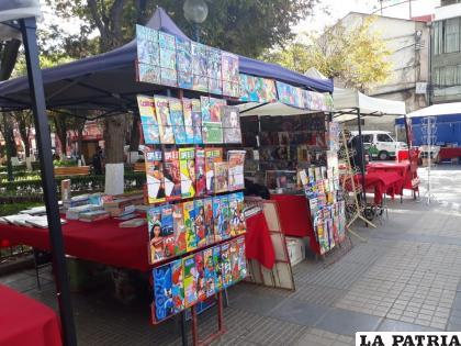 La feria del libro se realizará hasta este sábado en la Plaza Castro y Padilla /LA PATRIA