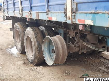 El aro del camión que habría chocado contra un taxi /LA PATRIA