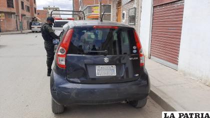 El vehículo estacionado registró algunos daños materiales /LA PATRIA