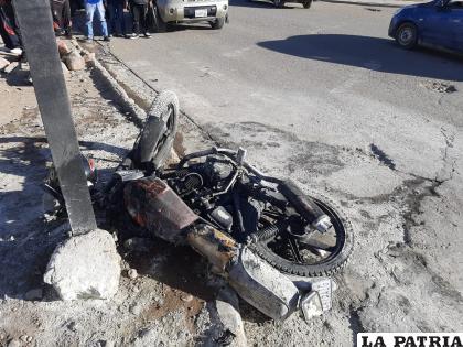 La motocicleta se incendió tras la colisión /LA PATRIA
