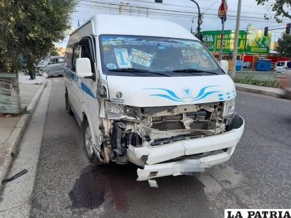 El minibús presenta daños de consideración en la parte delantera /LA PATRIA